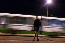 Вирішила по молодості підзаробити грошей швидесенько, встала біля вокзалу, чекаю