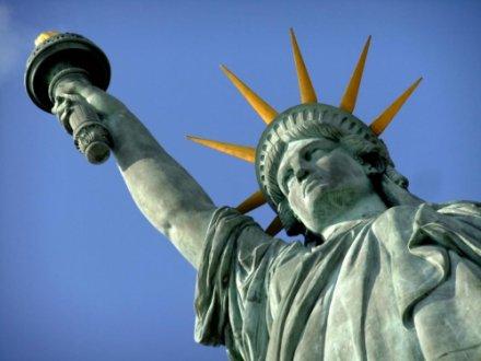 Чому Статуя Свободи зелена