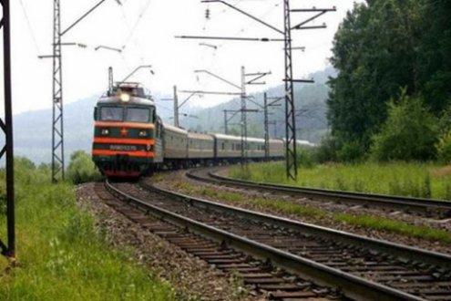 Чому під час зупинки потяга стукають по колесам?